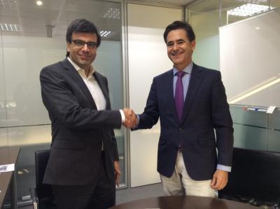 Diego Rocha Santidrián (Director de Estrategia e Innovación de Sacyr) y Álvaro Simón de Blas (Presidente de ANCES), tras la firma del convenio.